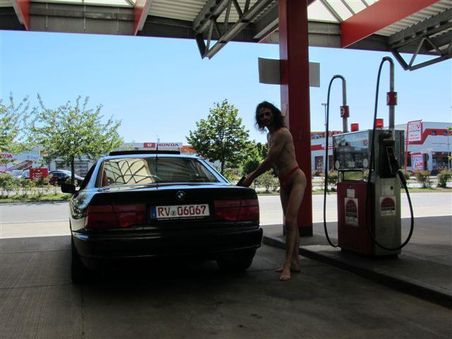 tiny bikini Tankstelle